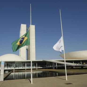 Bandeira a meio-mastro em sinal de luto pela morte do ex-governador Eduardo Campos (PSB-PE).   Jefferson Rudy/Agência Senado